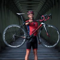 Puente de hierra y ciclista con bicicleta. Iván Diego Arroyo